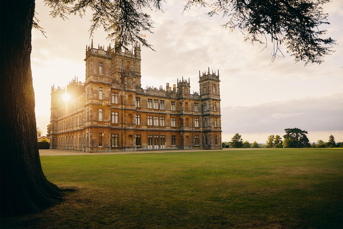 News: booking Downton Abbey's castle on Airbnb for a night